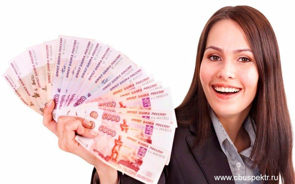 Женщина улыбаясь показывает деньги