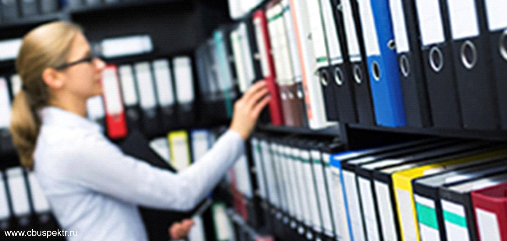 Женщина ставит папку с документами