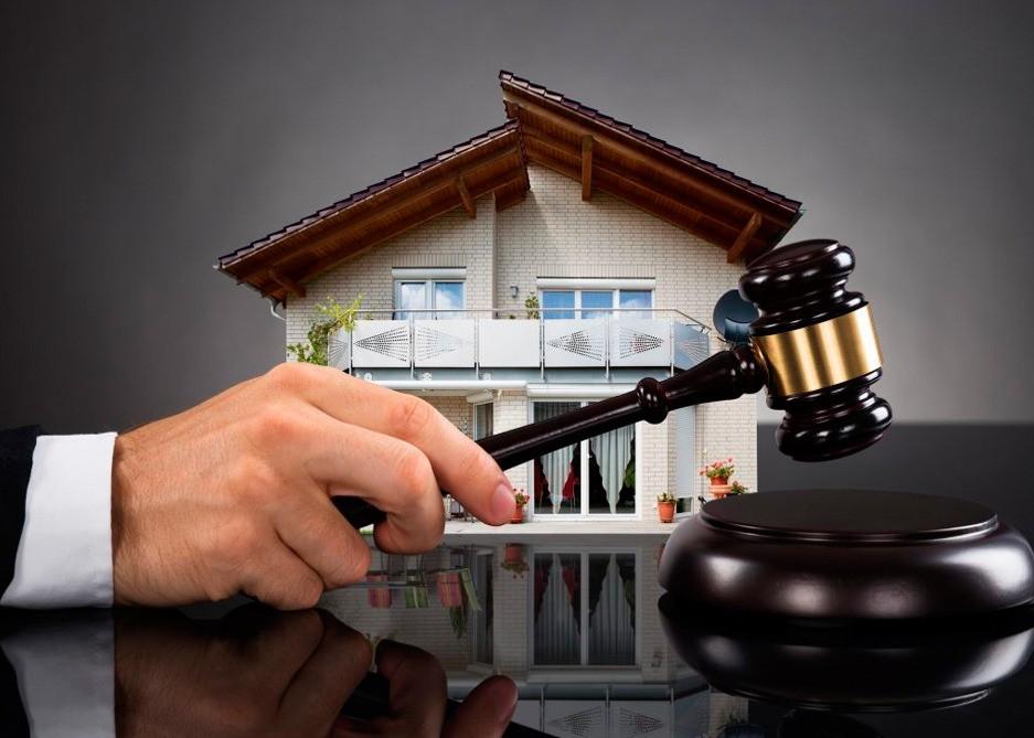 Дом и судебный молоток