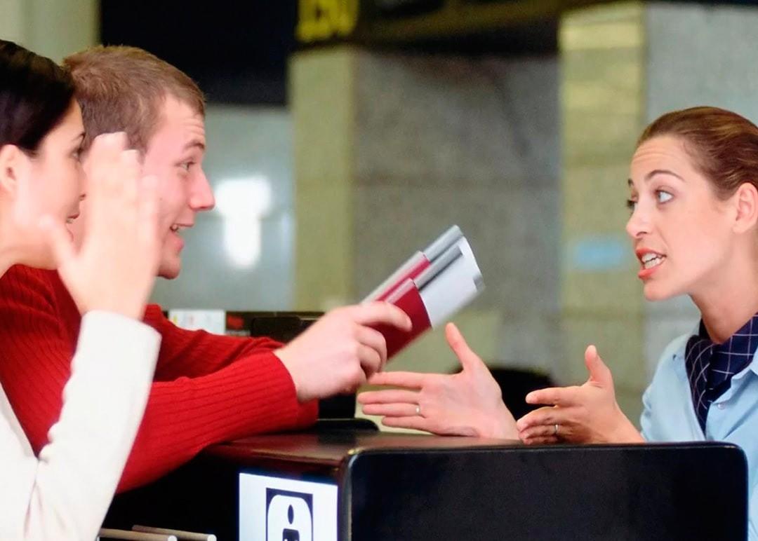 Мужчина и женщина ругаются с представителем магазина