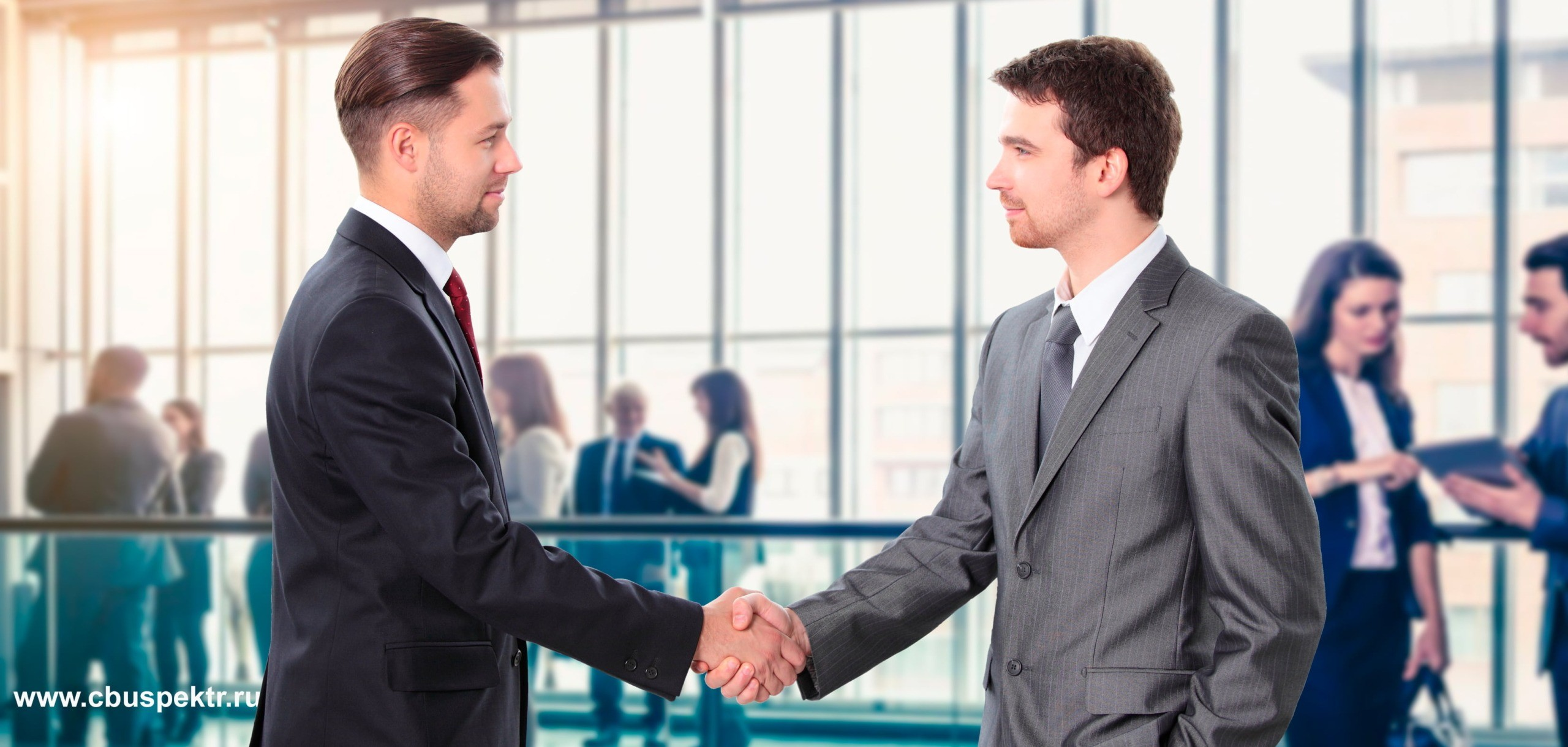 Предприниматели жмут руки дуг другу
