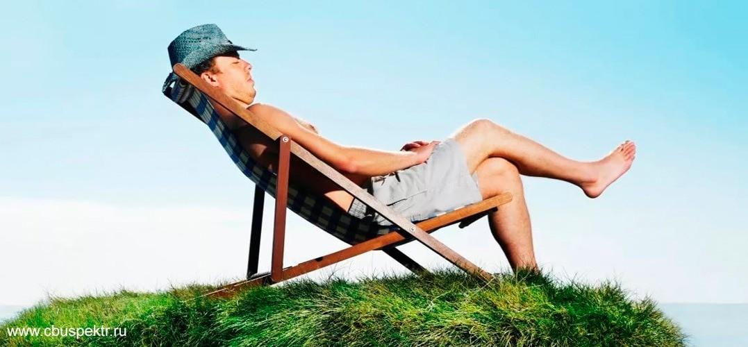 Мужчина в солнцезащитной шляпе загорает