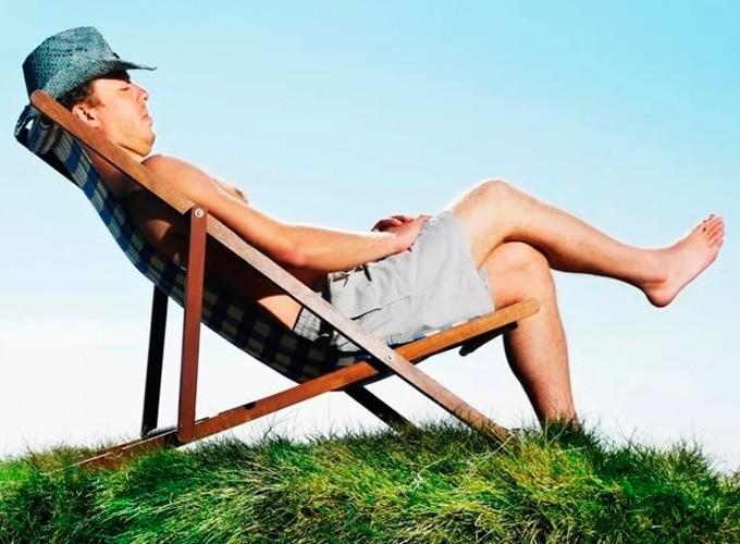 Мужчина отдыхает на природе