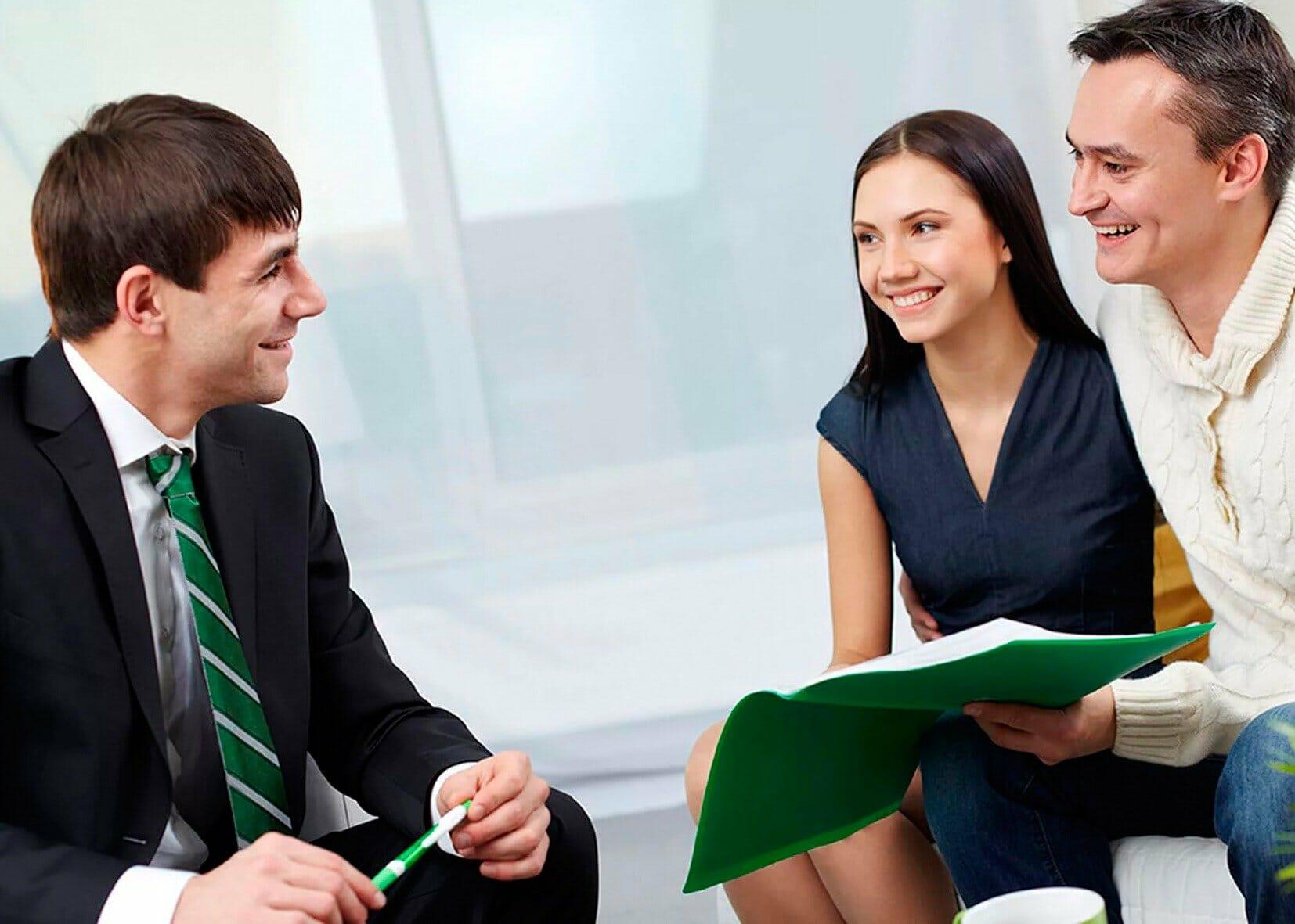 Трое людей обсуждают договор