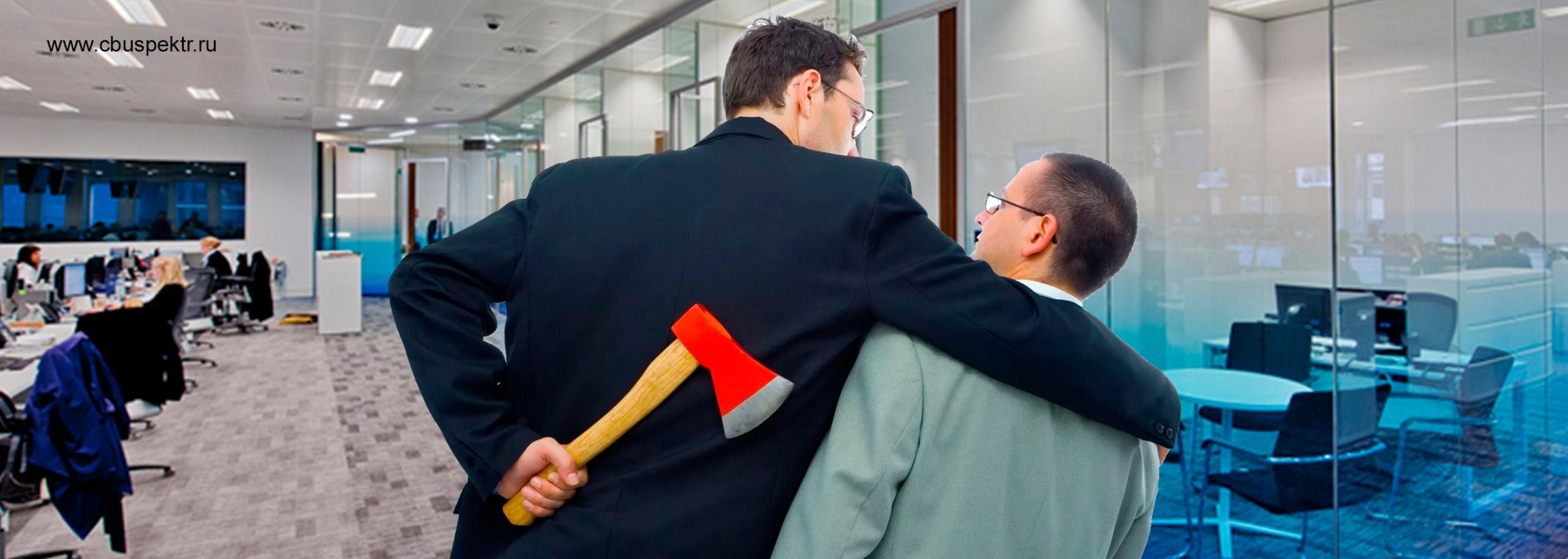 Мужчина обнял другого держа топор за спиной