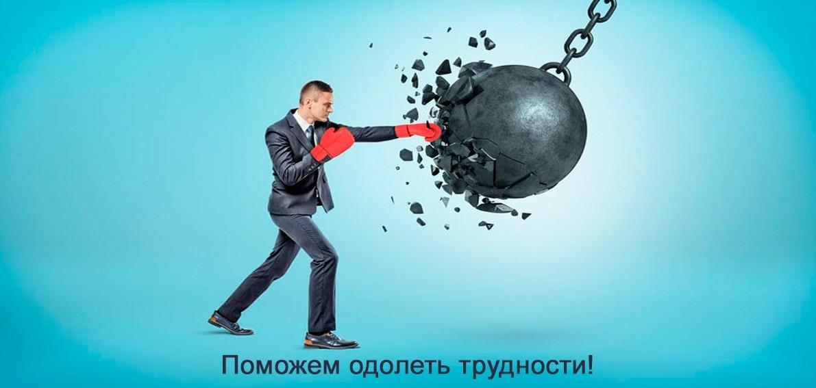 Мужчина в боксерских перчатках бьет шар