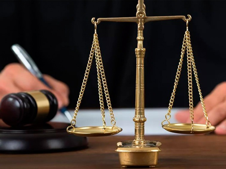 судья молоток весы