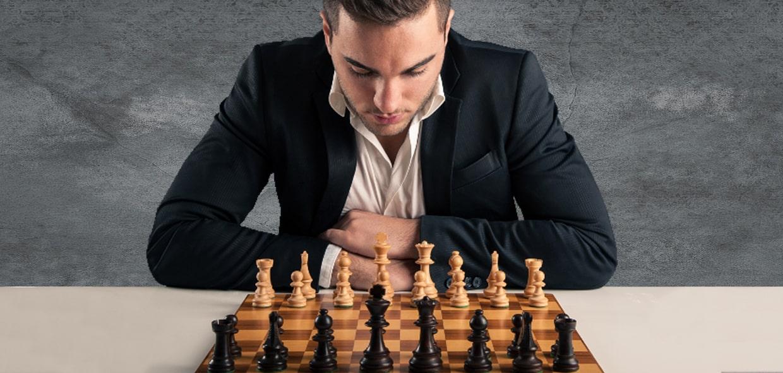 Мужчина склонился над шахматами