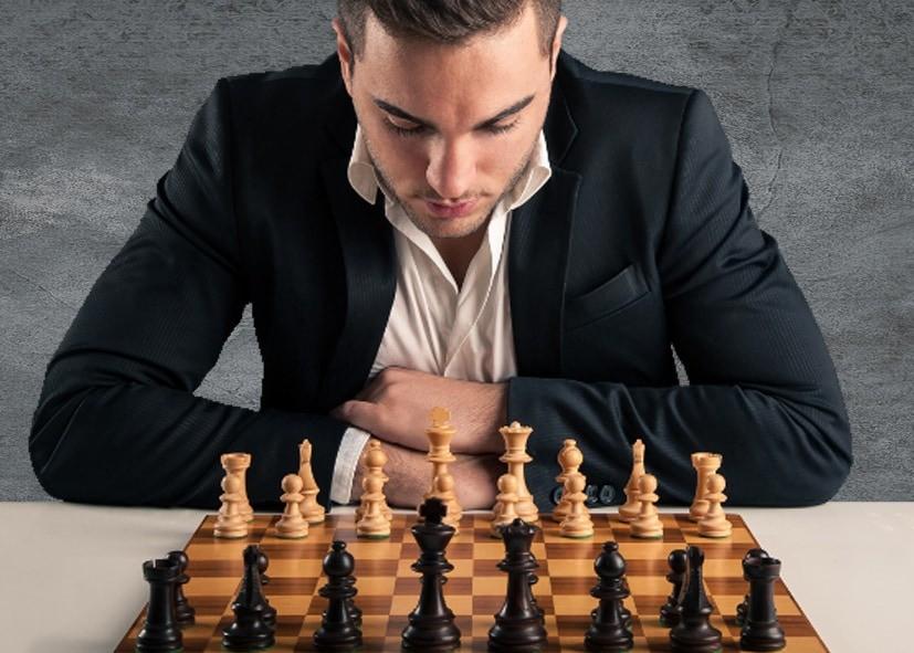 Бизнесмен задумался над шахматной парией