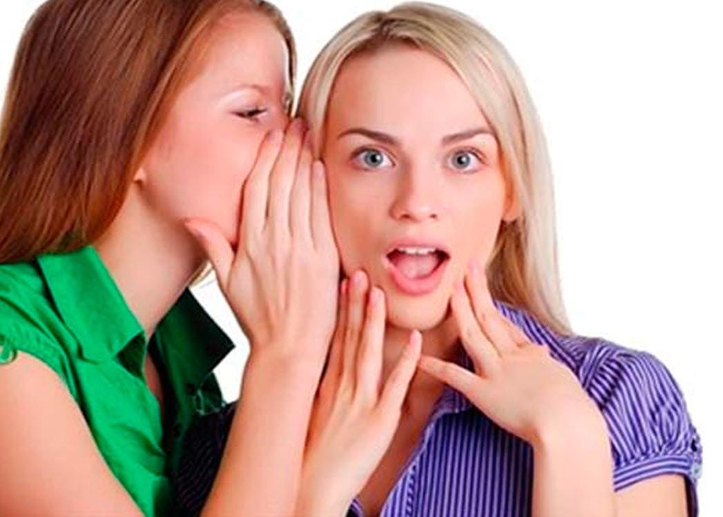 Две девушки шушукаются