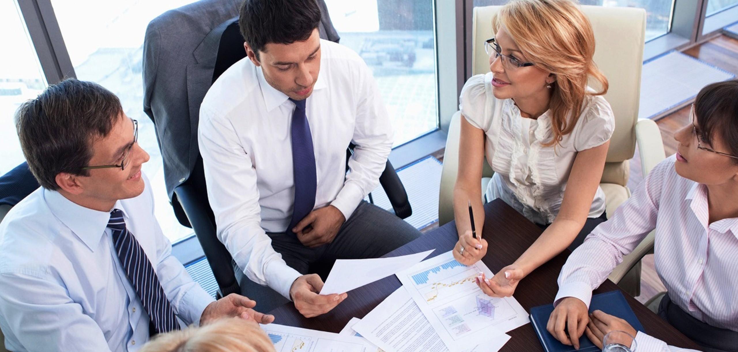 Предприниматель консультируется с юристами