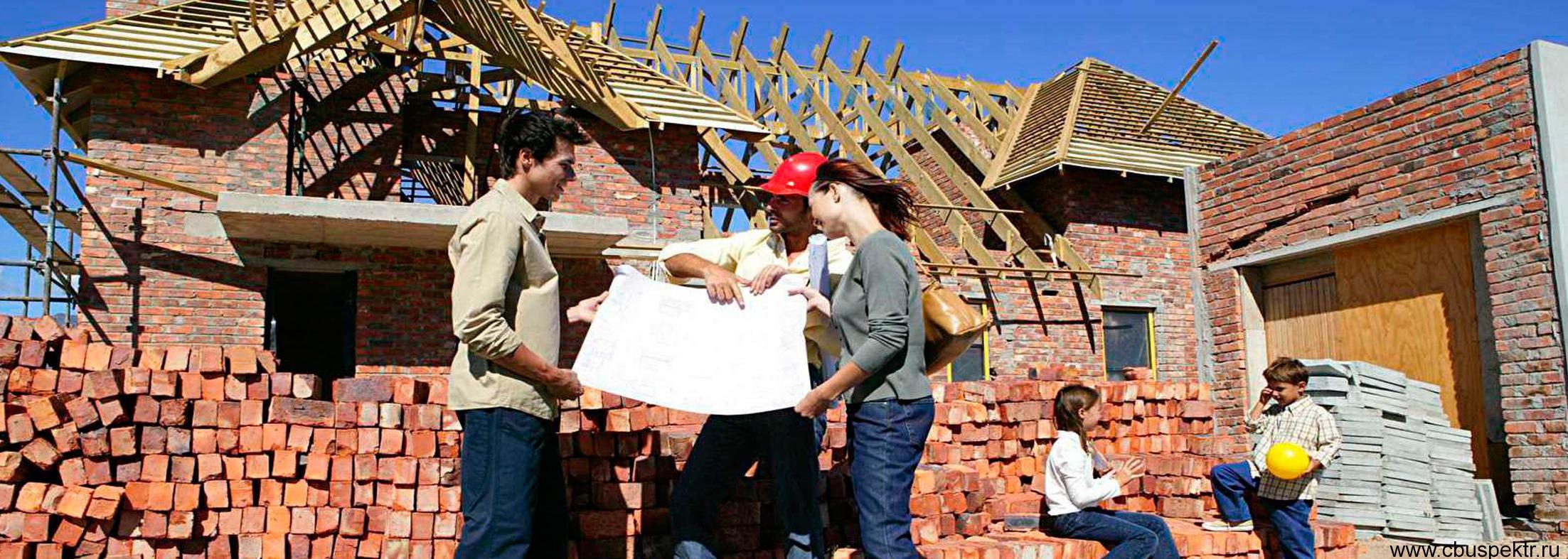 Семья вместе строит себе дом