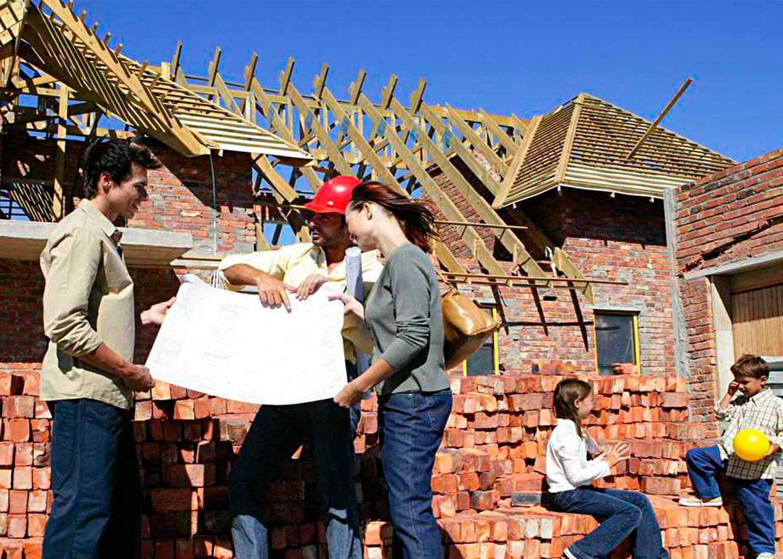 Муж жена и дети строят дом