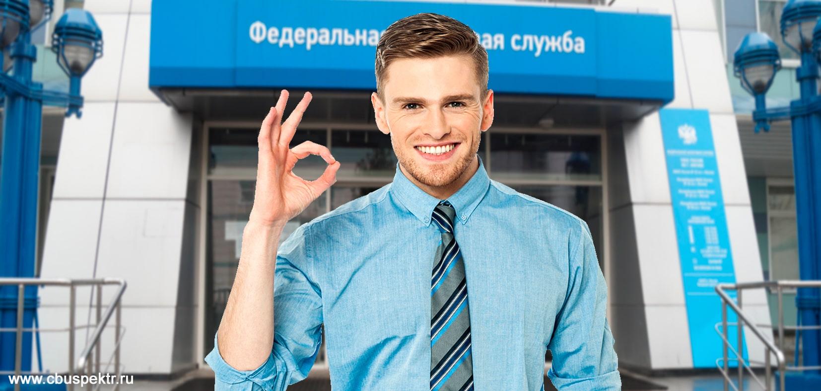 Мужчина в галстуке показывает что все хорошо