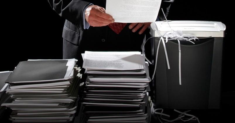 Мужчина уничтожает бухгалтерские документы