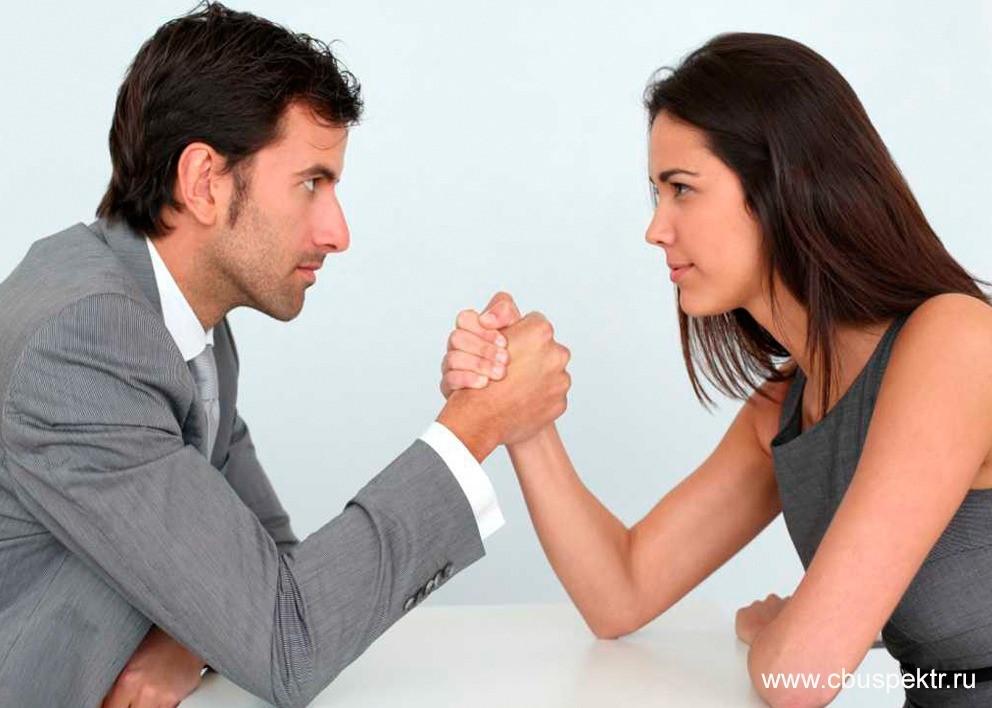 Мужчина и женщина борются на руках